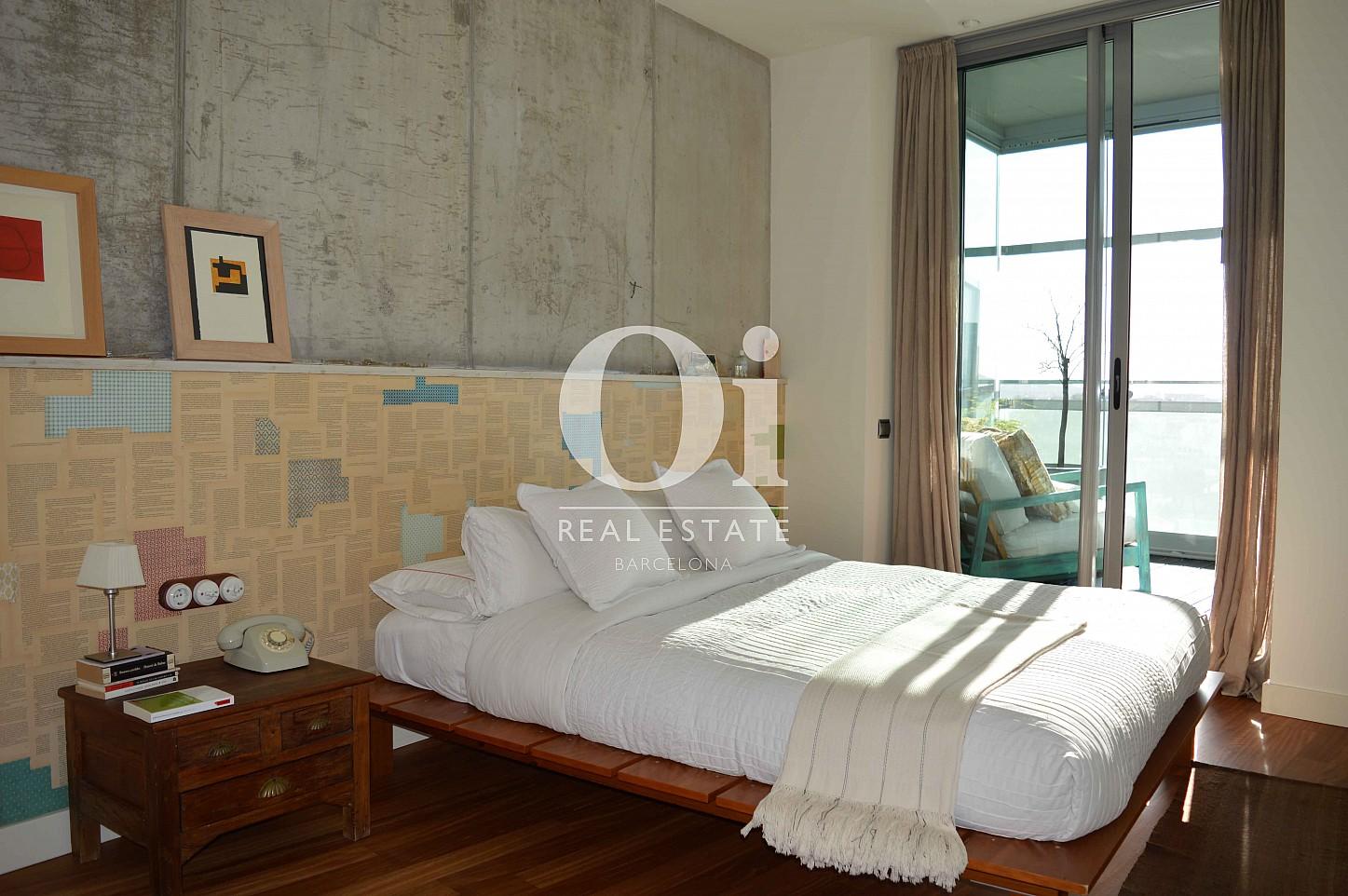 Blick in ein Schlafzimmer vom Apartment zum Verkauf, dirket am Meer