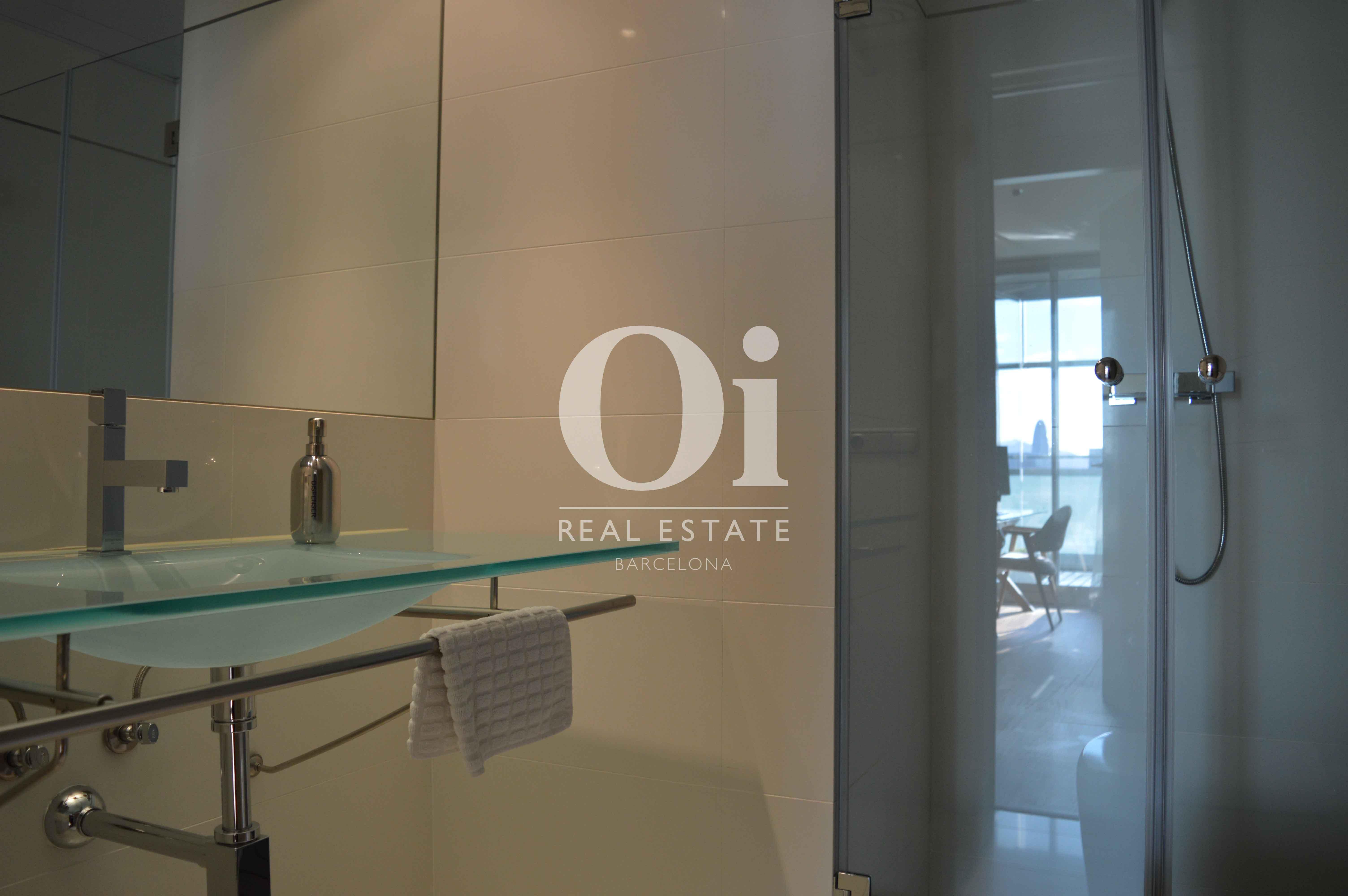 Blick in ein Bad vom Apartment zum Verkauf, dirket am Meer
