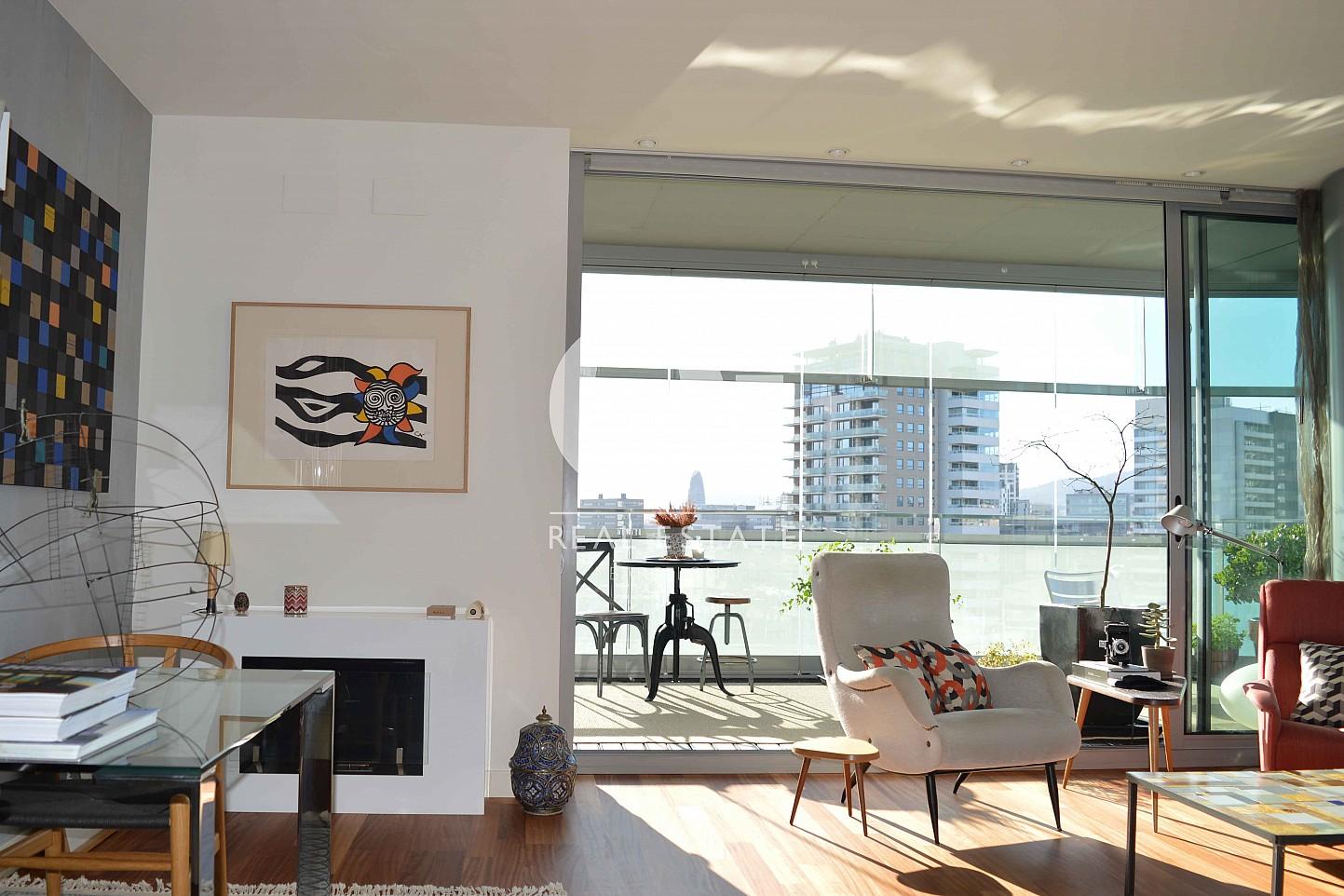 Blick in den Wohnbereich vom Apartment zum Verkauf, dirket am Meer