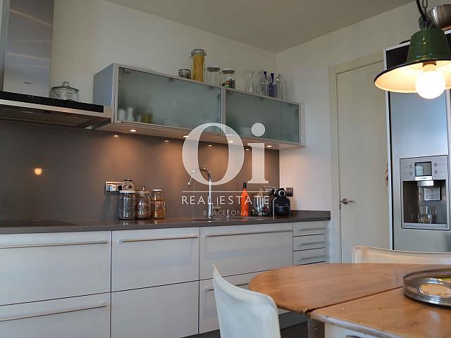 Удобная и полностью оборудованная кухня в апартаментах на продажу в районе Diagonal Mar в Барселоне