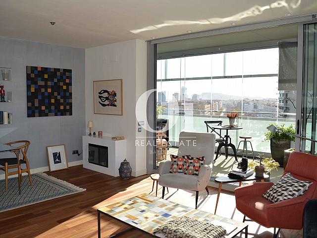 Гостиная и уютные детали апартаментов с шикарным видом на продажу в районе Diagonal Mar Барселоны