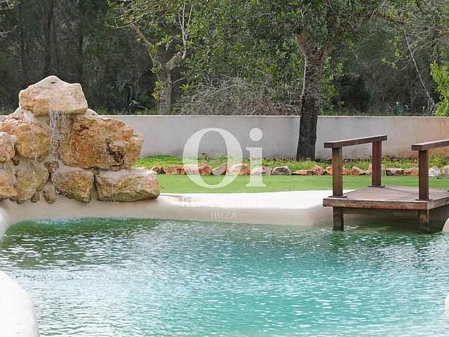 Прекрасный бассейн и сад на вилле в краткосрочную аренду на Ибице