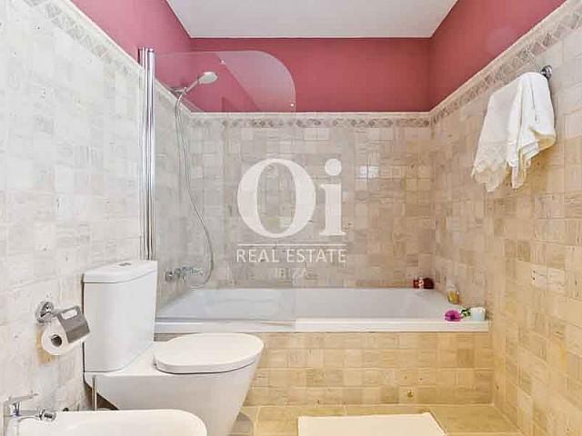 Просторная и удобная ванная комната на вилле в краткосрочную аренду на Ибице