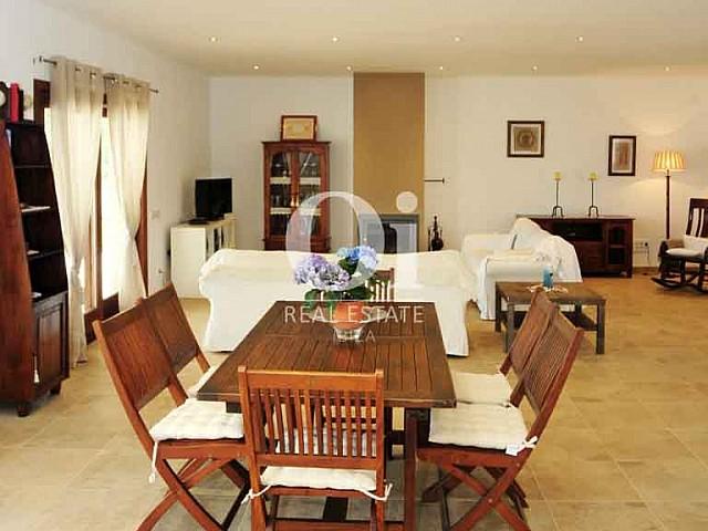 Стильный дизан гостиной на прекрасной вилле в краткосрочную аренду на Ибице