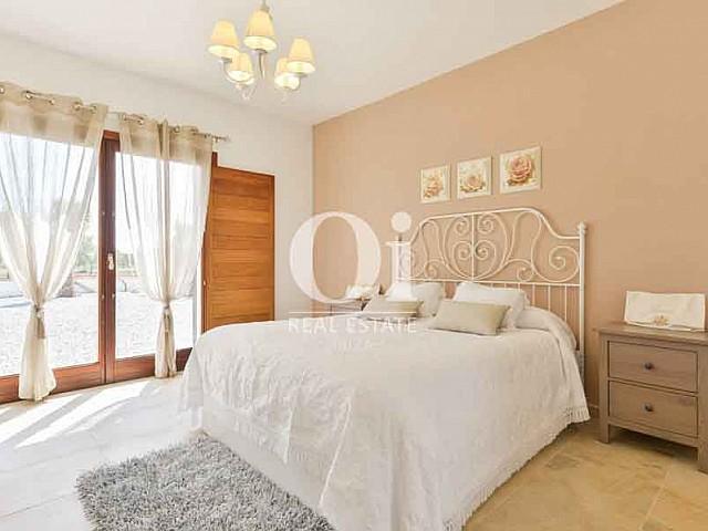 Светлый и уютный дизайн спален на вилле в краткосрочную аренду на Ибице