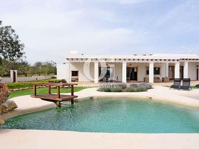 Piscine et façade de maison en location de séjour dans la zone de San Lorenzo, Ibiza