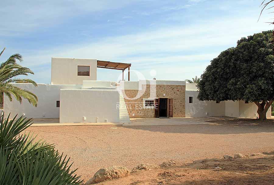 Blick auf den Außenbereich der Villa zur Miete in Es Codolar, Ibiza