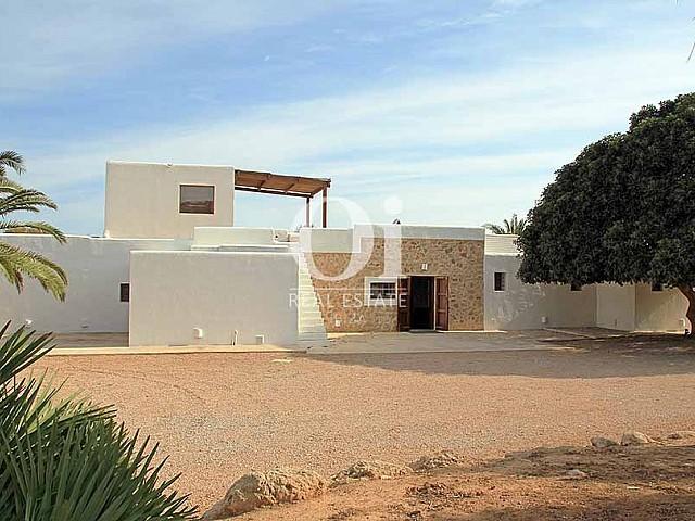 Вид на шикарную виллу с бассейном в краткосрочную аренду на Ибице