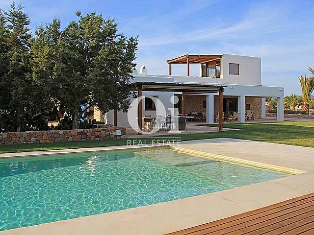 Piscine et façade de maison à louer de séjour à Es Codolar, Ibiza