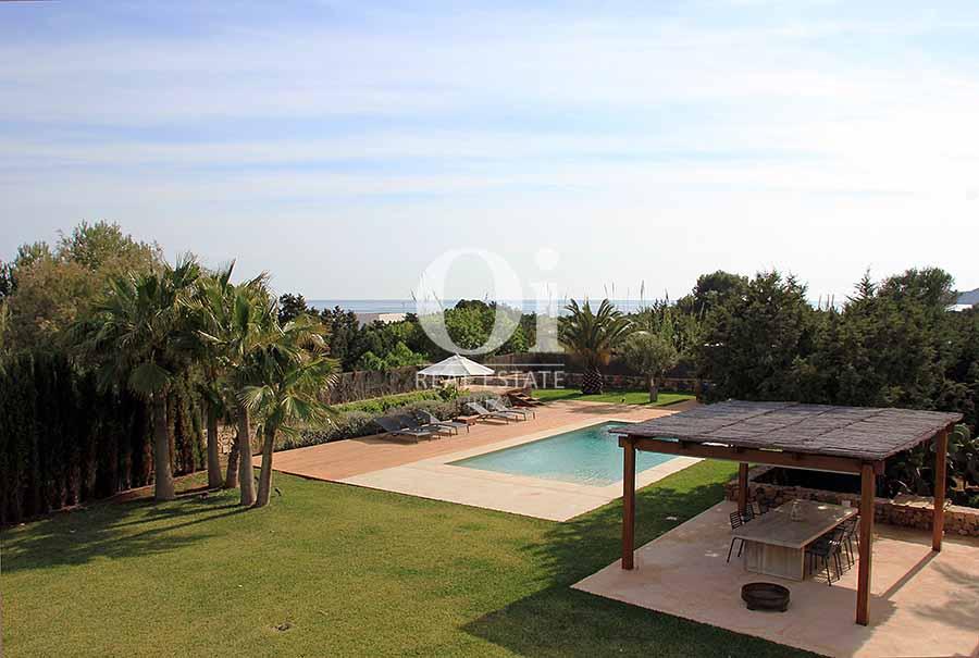 Вид на окрестности, бассейн и море из шикарной виллы в краткосрочную аренду на Ибице