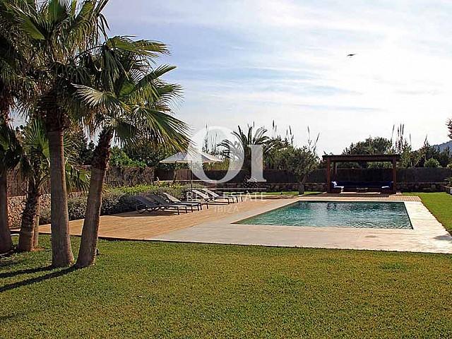 Blick auf den Poolbereich der Villa zur Miete in Es Codolar, Ibiza