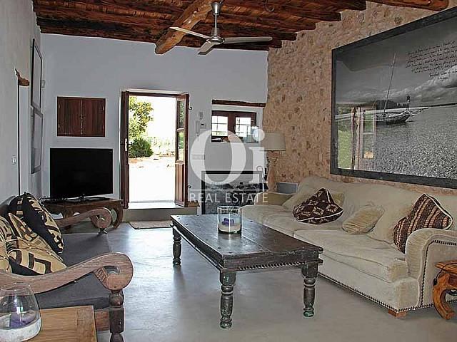 Уютный дизайн гостиной на шикарной вилле в краткосрочную аренду на Ибице