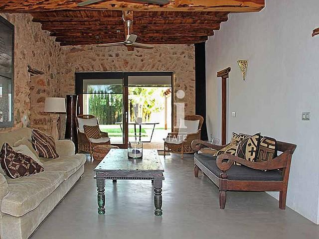 Sala de estar de maravillosa villa en alquiler en Ibiza