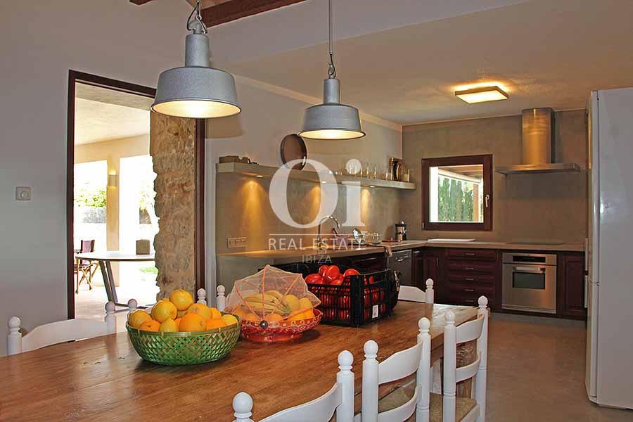 Современная, удобная и полностью оснащенная кухня на вилле в краткосрочную аренду на Ибице