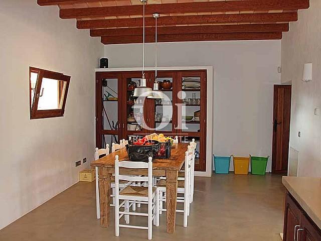 Blick in den Küchenbereich der Villa zur Miete in Es Codolar, Ibiza