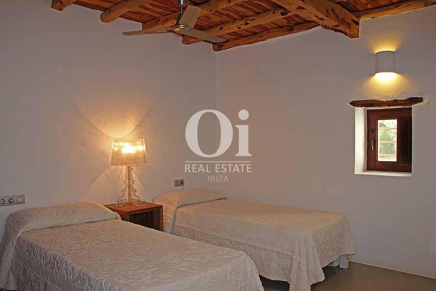Dormitorio con dos camas de maravillosa villa en alquiler en Ibiza