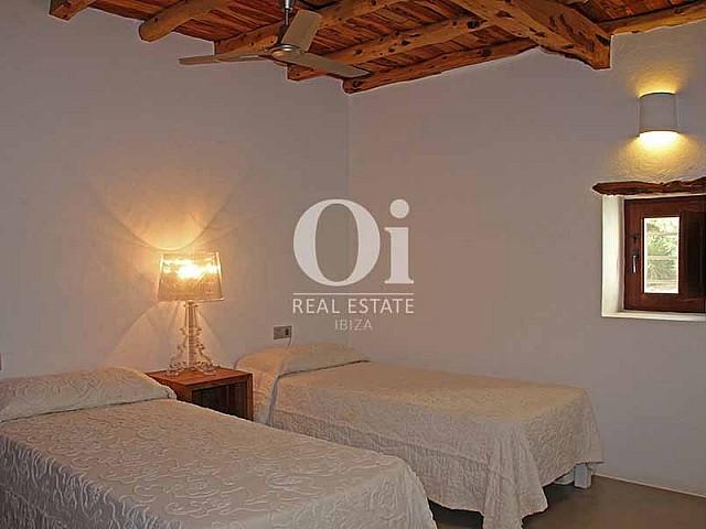 Blick in ein Schlafzimmer der Villa zur Miete in Es Codolar, Ibiza
