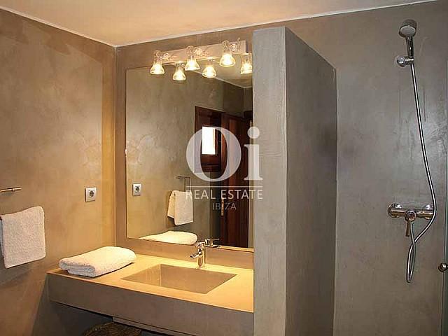 Baño con ducha de maravillosa villa en alquiler en Ibiza