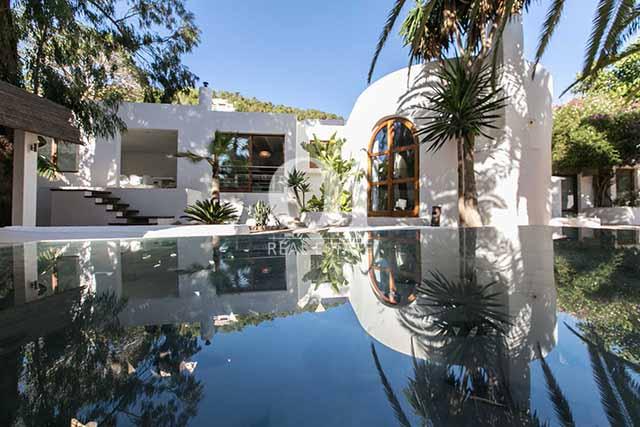 Несколько комнат на вилле имеют выход к шикарному бассейну и саду с пальмовыми деревьями