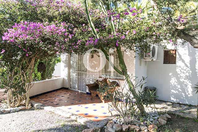 В специально огражденном и просторном пространстве Вы найдете уединение и спокойствие в тени роскошных пальм