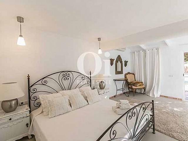 Blick in ein Schlafzimmer der Villa in Las Salinas, Ibiza