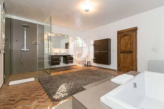 Baño con ducha de magnifico chalet en alquiler en Ibiza