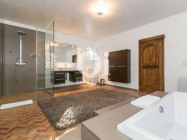 В основном здании виллы есть две ванные комнаты (одна полностью оснащенная с ванной, душевой кабиной и туалетом и другая с туалетом и раковиной)