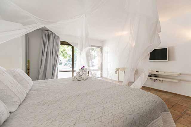 Habitación de matrimonio de magnifico chalet en alquiler en Ibiza