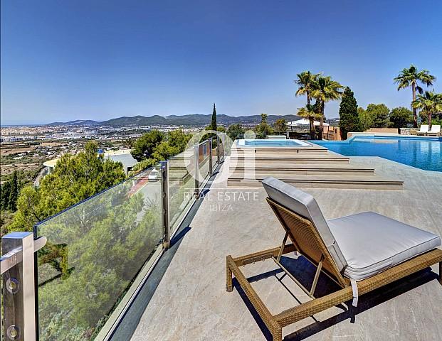 Blick auf den Poolbereich der Luxus-Villa zur Miete bei Ibiza-Stadt