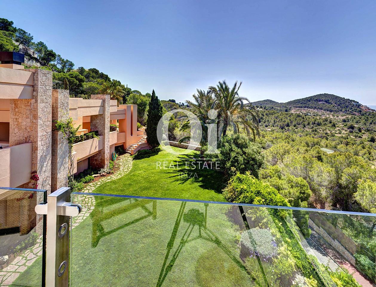 Blick auf den Außenbereich der Luxus-Villa zur Miete bei Ibiza-Stadt