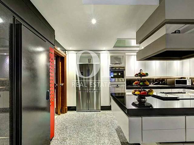 Blick in die Küche der Luxus-Villa zur Miete bei Ibiza-Stadt