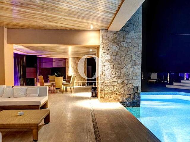 Прихожая и бассейн на вилле, доступной для арендования в летний период в г. Хесус, Ибица