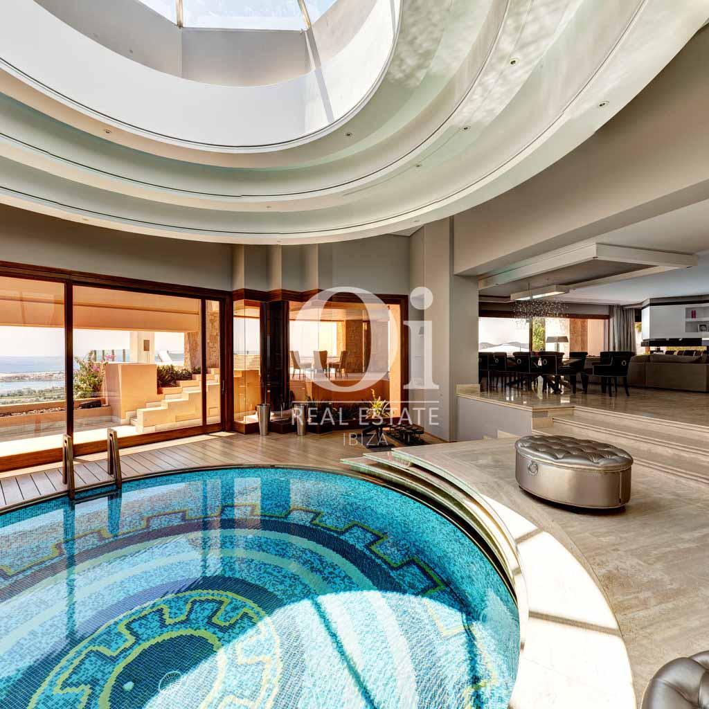 Крытый бассейн с системой климат-контроля на вилле, доступной для арендования в летний период в г. Хесус, Ибица
