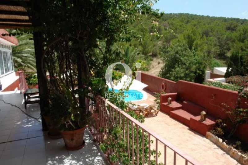 Terraza y vistas de casa en alquiler vacacional en Ses Salines, Ibiza