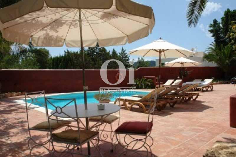 Terraza, hamacas y piscina de casa en alquiler vacacional en Ses Salines, Ibiza