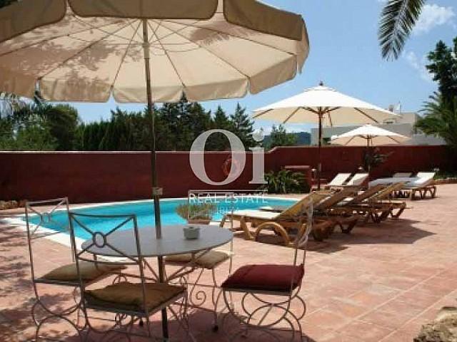 Шикарный вид на бассейн из чудесной виллы в краткосрочную аренду в Ses Salines