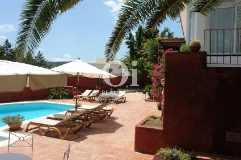 Piscina y terraza de casa en alquiler vacacional en Ses Salines, Ibiza