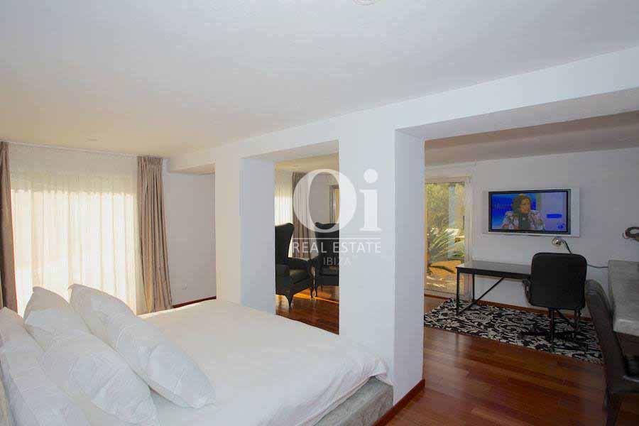 Спальня, совмещенная с кабинетом, на вилле, сдающейся в аренду в летний период в Les Salines, Ибица