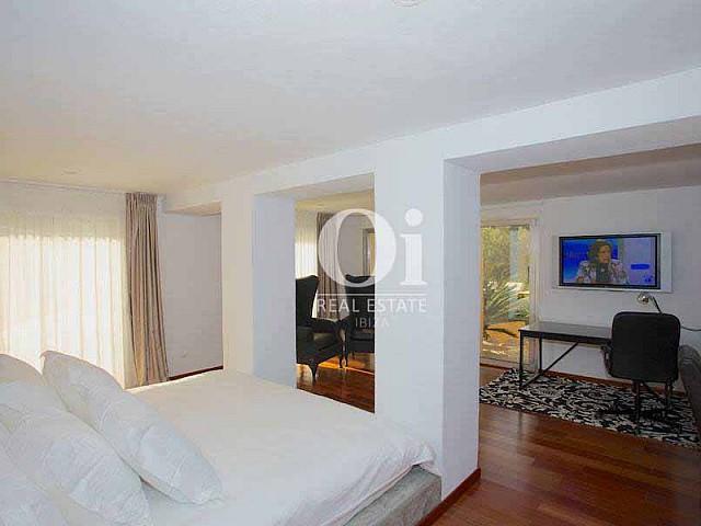 Blick in ein Schlafzimmer von der Villa zur Miete auf Ibiza