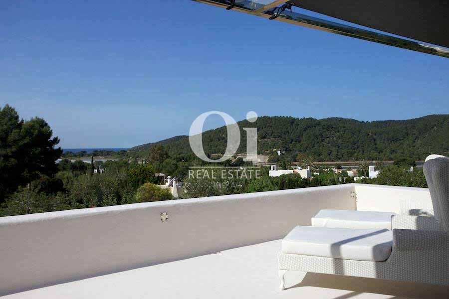 Impresionantes vistas al mar y al bosque desde villa en alquiler de estancia en Ses Salines, Ibiza