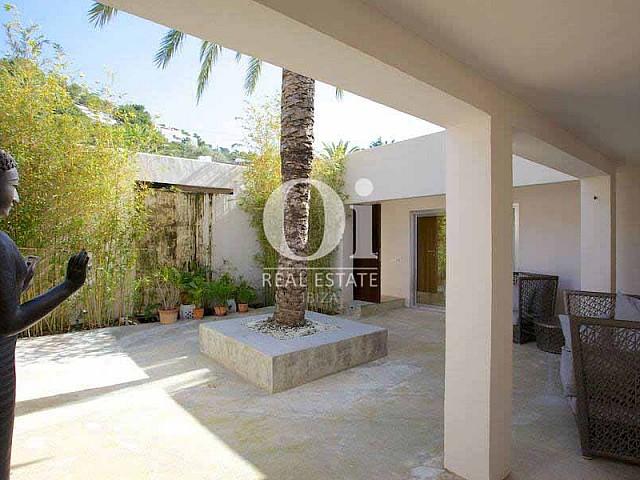 Blick auf den Außenbereich von der Villa zur Miete auf Ibiza