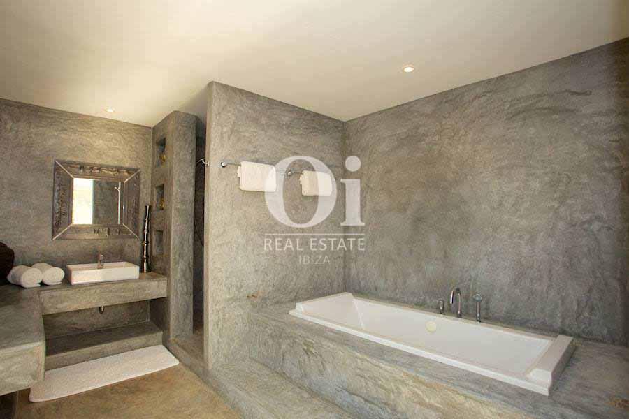 Blick in ein Badezimmer von der Villa zur Miete auf Ibiza