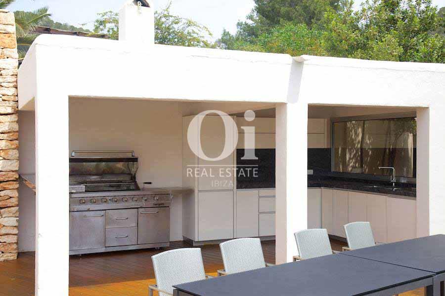 Cocina exterior de casa en alquiler vacacional en Ses Salines, Ibiza
