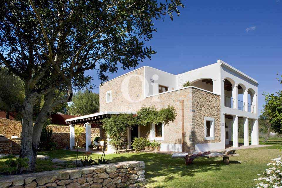 Blick auf die Fassade der Villa zur Miete nahe San Jose, Ibiza