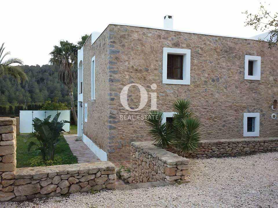 Fachada de piedra de casa estilo payés en alquiler de estancia en San José, Ibiza