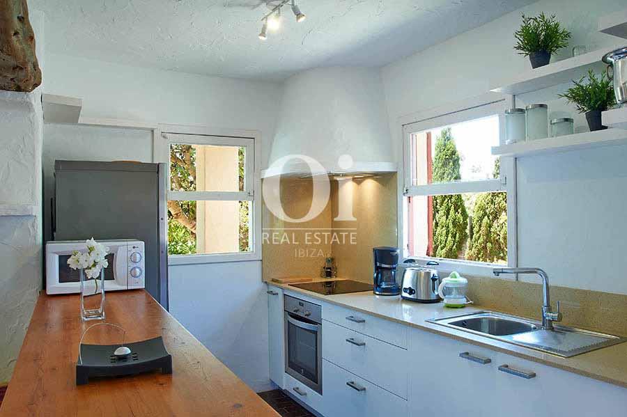 Полностью оборудованная современная кухня на вилле в стиле Балеарских островов в краткосрочную аренду на Ибице