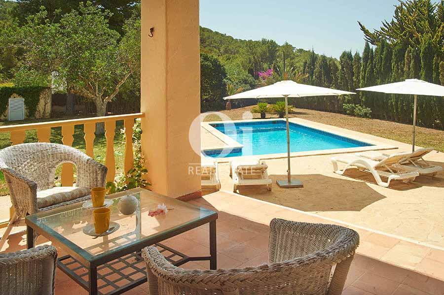 Terrasse et piscine de maison pour séjour en location à Ses Salinas, Ibiza