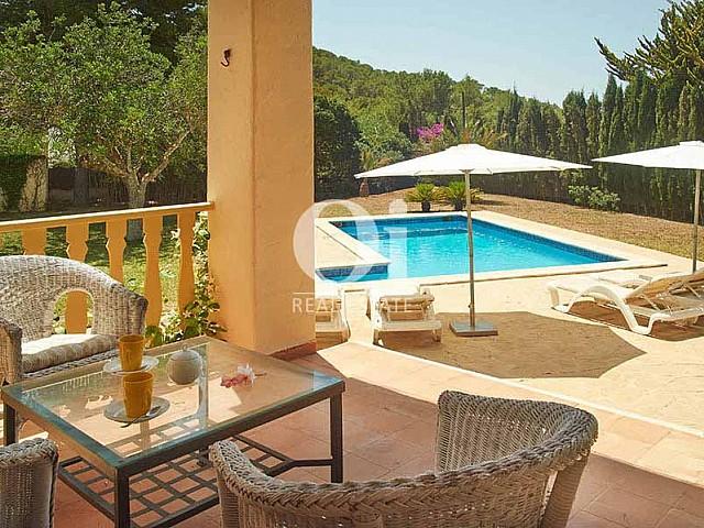 Вид на замечательный бассейн и чил-аут зону в чудесной вилле в деревенском стиле в краткосрочную аренду на Ибице