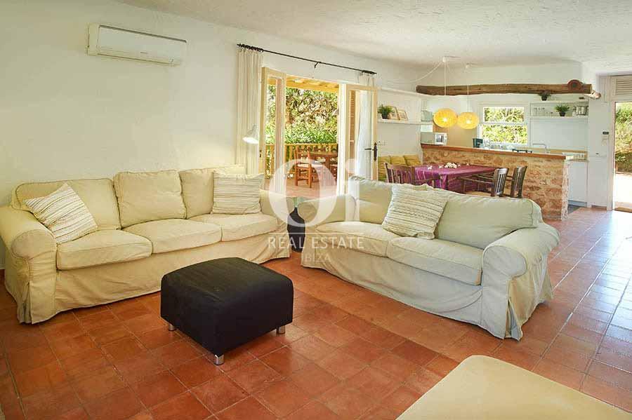 Salle de séjour de maison pour séjour en location à Ses Salinas, Ibiza