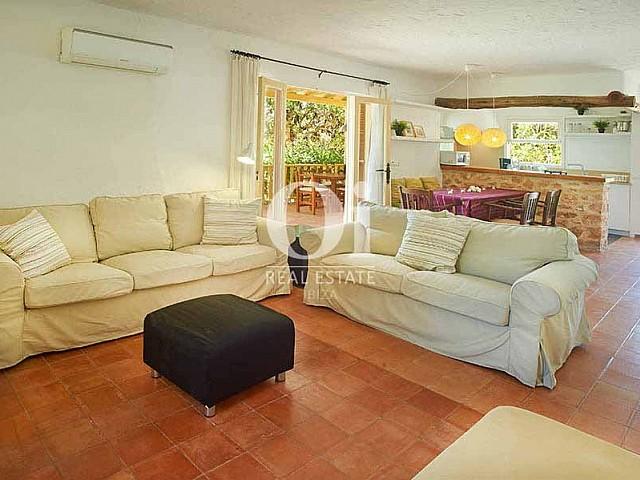 Уютный дизайн гостиной-столовой в прекрасной вилле в деревенском стиле в краткосрочную аренду на Ибице